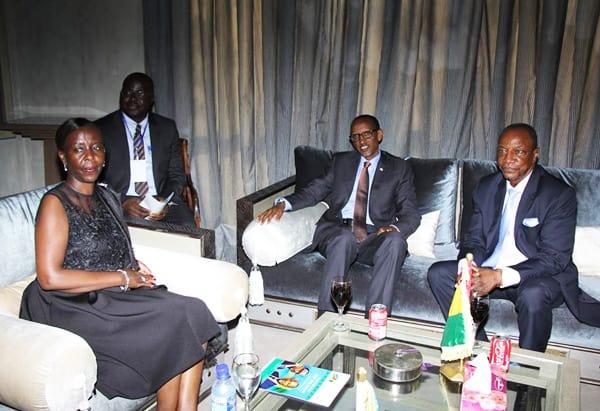 Le Pr. Alpha Condé, tout sourire, heureux de recevoir son homologue rwandais Paul Kagamé. Les deux hommes d'Etat sont décidés à écrire avec leurs peuples respectifs, une nouvelle page de la coopération africaine. La Guinée, plus que jamais, à l'avant-garde du développement de notre continent.