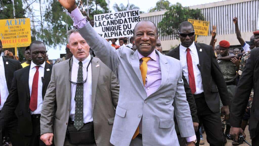Le président de la Guinée, Alpha Condé, salue les militants de son parti, le Rassemblement du peuple de Guinée (RPG), à Conakry, en août 2015. © AFP PHOTO / CELLOU BINANI