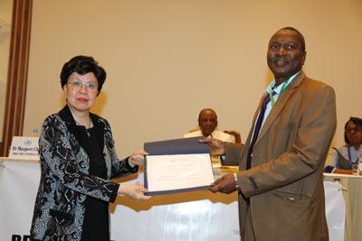 La DG de l'OMS remettant un satisfecit à docteur Sakoba