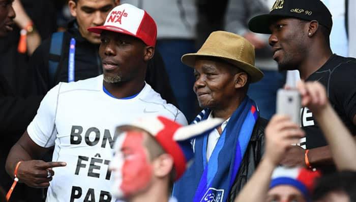 Antoine Fassou Pogba au milieu de ses deux fils Florentin (gauche) et Mathias, lors d'un match du troisième Paul avec la France - FRANCK FIFE / AFP
