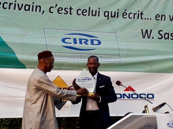 Alimou Sow reçoit le premier prix Williams Sassine à Conakry le vendredi 9 fevrier 2018.
