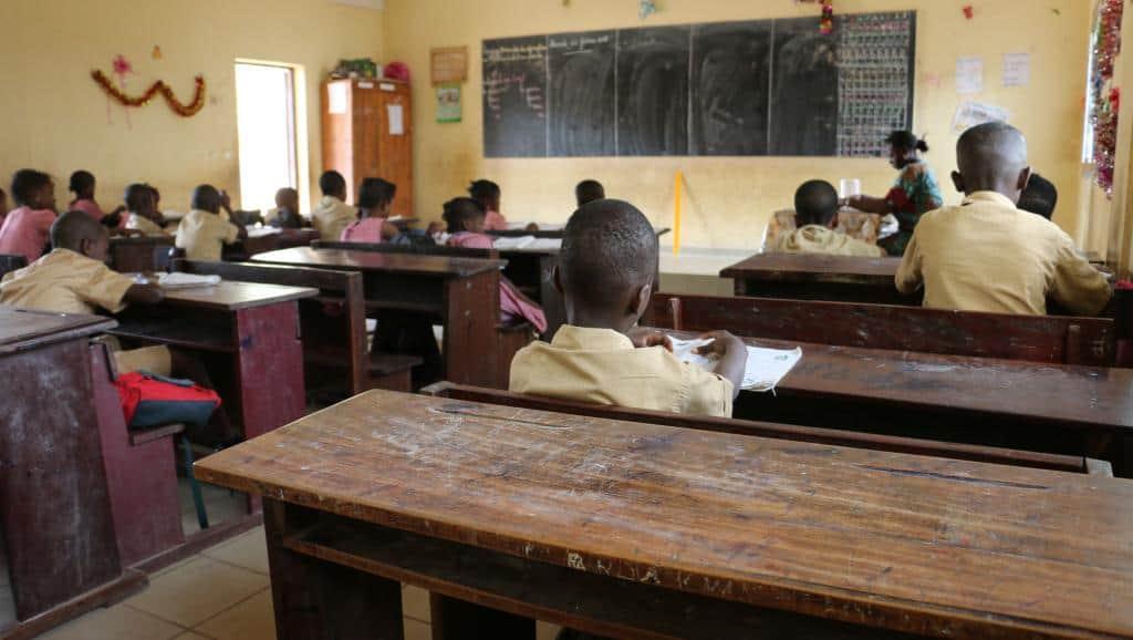 Entre craintes des parents face à l'insécurité et grève des enseignants, les bancs des écoles restent à moitié vides comme ici à Conakry (13 février 2018) © RFI/Coralie Pierret