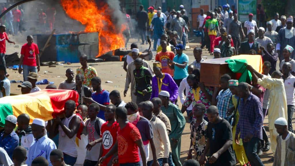 Une marche accompagnant les cercueils de Guinéens tués lors de récentes manifestations a dégénéré en heurts avec les forces de l'ordre, à Conakry, ce lundi 4 novembre 2019.