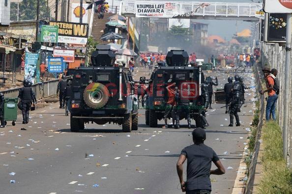 Des policiers arrêtent un homme lors d'une manifestation contre le projet de nouvelle constitution à Conakry, en Guinée, le 14 novembre 2019. © 2019 Cellou Binani/AFP via Getty Images
