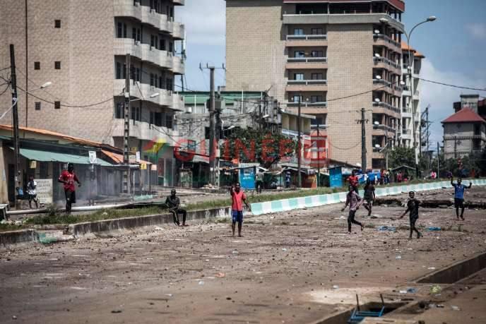 Des manifestants qui contestent le résultat de l'élection présidentielle donnant Alpha Condé vainqueur, à Conakry, le 23 octobre 2020. JOHN WESSELS / AFP
