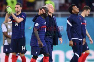 Didier Deschamps consolant ses joueurs après la défaire face à la Suisse, le 28 juin 2021.